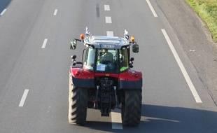 Un tracteur sur la route (illustration)