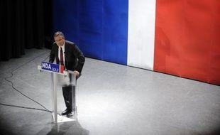 """Nicolas Dupont-Aignan, candidat souverainiste à l'élection présidentielle de Debout la République, a fustigé l'euro, mardi à Gujan-Mestras (Gironde), voyant dans la monnaie unique européenne un véritable """"poison"""" semblable au médicament Mediator."""