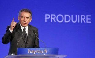 Solitaire mais croyant en ses chances, ancien ministre de droite mais se présentant comme anti-système, le centriste François Bayrou trace son sillon dans la campagne présidentielle française, au point d'émerger cette semaine en tête des classements de popularité politique.