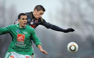 Le joueur de Colmar, Kersanne, à la lutte avec le Lillois Debuchy, le 23 janvier 2010 à Colmar.