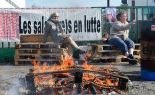 Des salariées de La Redoute bloquent l'accès à l'usine le 19 mars 2014 à Tourcoing