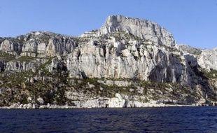 L'incendie déclaré dimanche dans le parc des calanques, à Marseille, restait fixé mais n'était pas éteint lundi en fin d'après-midi, 95 hectares de végétation et de rocaille ayant été parcourus par le feu, a-t-on appris auprès des marins-pompiers.