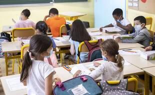 Le ministère de l'Education nationale va expérimenter dans une dizaine de départements un nouveau protocole sanitaire pour les écoles primaires.