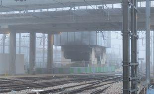 Entièrement détruit lors de l'incendie du 23 juillet, le poste d'aiguillage des Ardoines ne sera pas construit au même endroit mais une centaine de mètres plus loin. La mise en service du nouvel équipement est prévue pour avril 2017.