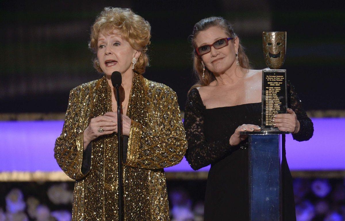 Carrie Fisher et sa mère, l'actrice Debbie Reynolds, lors des Screen Actors Guild Awards, en 2015. – SIPANY/SIPA