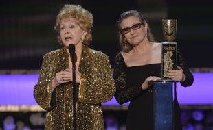 Carrie Fisher et sa mère, l'actrice Debbie Reynolds, lors des Screen Actors Guild Awards, en 2015.
