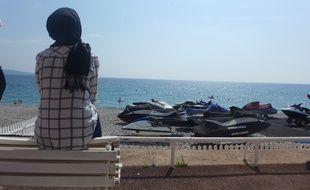 A Nice, avec l'arrêté anti-burkini, les femmes voilées sont priées de se tenir loin des galets.
