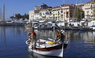 Vue du Vieux Port et du quartier du Suquet de Cannes.