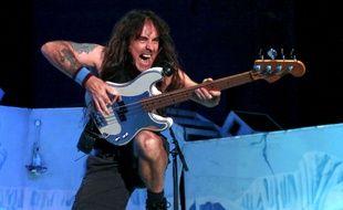 Steve Harris, bassiste et fondateur du groupe de heavy metal britannique Iron Maiden, sur scène au Colorado aux Etats-Unis, le 13 août 2013.
