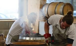 L'opération de chauffe est la partie la plus délicate de la fabrication du tonneau