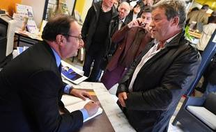 François Hollande lors d'une séance de dédicaces à Tulle, le 14 avril 2018.