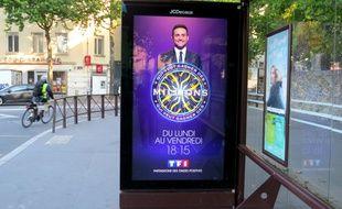 Un écran digital JCDecaux sur un abribus, sur l'île de Nantes.