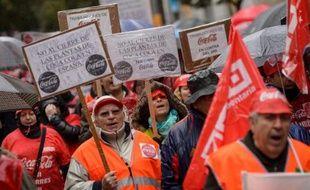 Des milliers de personnes manifestaient samedi à Madrid contre la fermeture de quatre usines sur onze de Coca Cola en Espagne, dans le cadre d'un plan de restructuration affectant quelque 1250 salariés.