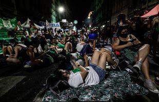Des manifestants campent devant le Congrès en attendant le vote du Sénat, à Buenos Aires, en Argentine, le 29 décembre 2020.