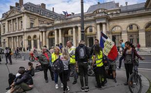 Plusieurs centaines de manifestants étaient massés jeudi 5 aout 2021 devant le Conseil d'Etat à Paris, en réaction à la décision du Conseil constitutionnel de valider l'extension du pass sanitaire.