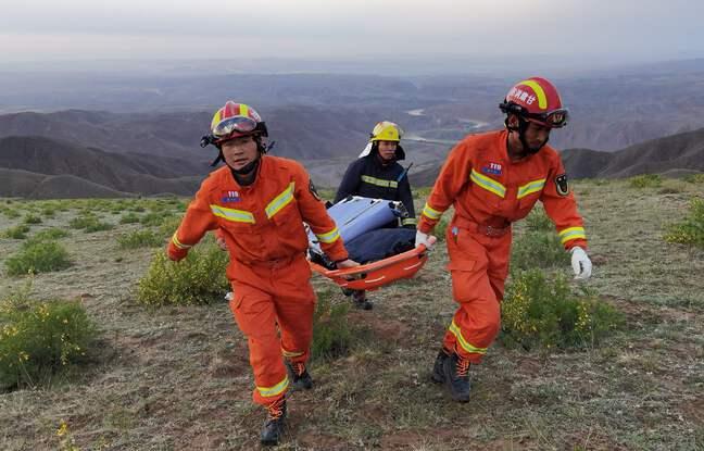 648x415 des secouristes apportent du materiel pour venir en aide aux participants d une course autour de
