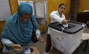 Des Egyptiennes votent dans un bureau du Caire, le 23 mai 2012.