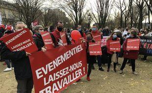 Les hôteliers et professions de l'événementiel se sont regroupées devant le ministère du Travail ce lundi 14 décembre