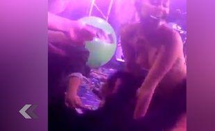 Miley Cyrus mange des dollars sur scène ! - Le Rewind (vidéo)