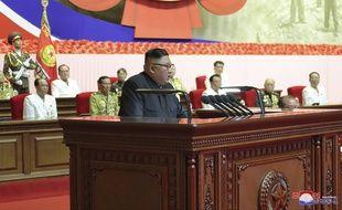 Le leader nord-coréen Kim Jong-un s'adresse aux vétérans de la guerre de Corée, à Pyongyang le 27 juillet 2020.