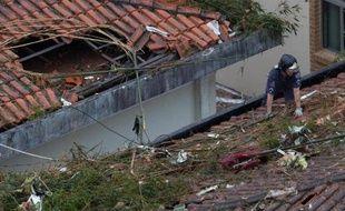 Un secouriste sur le site du crash de l'avion transportant le candidat socialiste à la présidentielle Eduardo Campos, à Santos au Brésil, le 13 août 2014