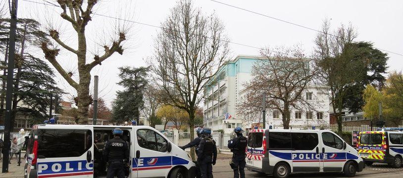 La police devant le lycée Michelet à Nantes. (Illustration)