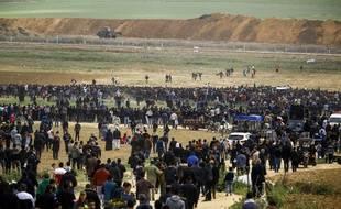 Des palestiniens convergent vers la frontière israélienne, le 30 mars 2018.