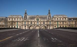 Le Louvre, la Pyramide du Louvre, pendant la crise du coronavirus.