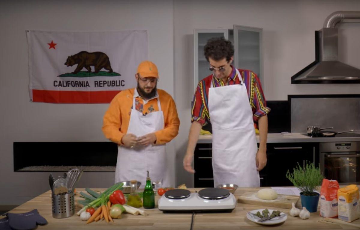 Le duo Caballero et JeanJass cuisine avec du cannabis. – Capture d'écran / YouTube