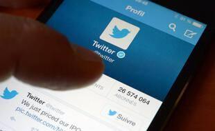 Pour Angela Merkel, la suspension du compte Twitter de Trump pose question