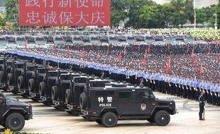 Des policiers participent à un entraînement, le 6 août, à Shenzhen, une ville frontalière avec Hong Kong.