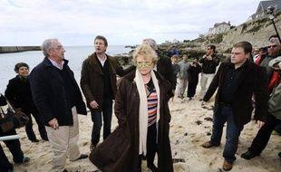 """Pendant que François Hollande et Nicolas Sarkozy s'opposaient par meetings parisiens interposés, la candidate écologiste à la présidentielle Eva Joly s'est rendue dimanche sur une des plages touchées par la marée noire de l'Erika pour dénoncer """"l'impunité"""" des multinationales."""