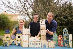 Charlotte, Morgan et Jimmy devant un jeu de construction écolo.