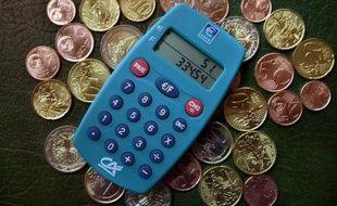 """Dix ans après son arrivée, l'euro est devenu """"un bouc émissaire facile"""" de la hausse des prix, selon une enquête du magazine consumériste Que choisir, qui pointe que l'inflation, réelle, provient aussi d'autres facteurs, tandis que certains prix ont baissé."""