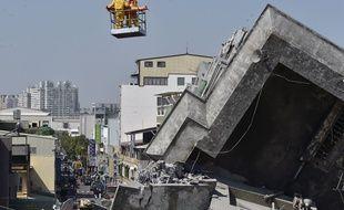 Un homme de 40 ans a été évacué ce lundi 8 février, par les équipes de secouristes qui interviennent à Tainan, au sud de Taïwan, particulièrement touchée par le séisme.  AFP PHOTO / Sam Yeh
