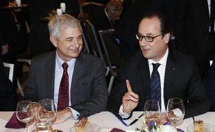 Francois Hollande discute avec le président de l'Assemblée nationale Claude Bartolone au dîner du Crif à Paris le 23 février 2015