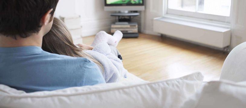 Un père et sa fille devant la télévision (illustration)