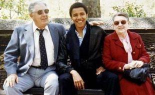 Barack Obama pendant sa jeunesse, entouré de ses grands-parents maternels, qui l'ont élevé avec sa mère quand son père est parti.
