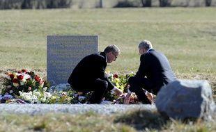 Les PDG de Lufthansa et de Germanwings ont rendu hommage aux victimes du crash dans les Alpes et déposé une gerbe devant la stèle mercredi 1er avril 2015.