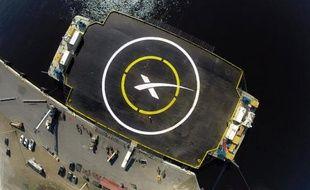 Photo transmise le 5 janvier 2015 par SpaceX montrant la plateforme flottante où doit atterrir le premier étage de la fusée Falcon 9, dans l'océan Atlantique, au large de Jacksonville, en Floride
