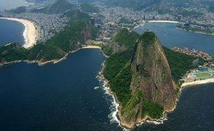 L'ambassade de France au Brésil recommande aux touristes d'éviter de prendre les minibus publics à Rio de Janeiro, une semaine après le viol d'une étudiante américaine et l'agression du Français qui l'accompagnait dans l'un de ces véhicules.