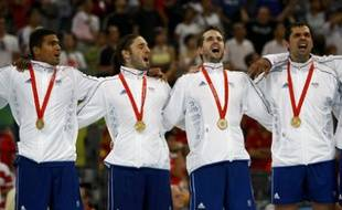 France players celebrate on the podium with their gold medals during the medal ceremony for the men's handball compeition at the Beijing 2008 Olympic Games August 24, 2008.     REUTERS/Marcelo Del Pozo (CHINA)