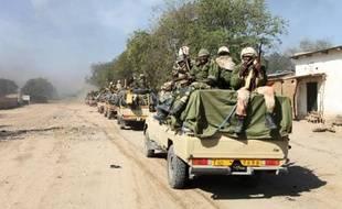 Des soldats tchadiens patrouillent dans le ville de Gamboru à la frontière nigériane le 4 février 2015