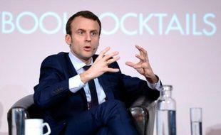 """Le ministre de l'Economie, Emmanuel Macron, lors d'un débat organisé par le think tank """"Politico"""" à Bruxelles le 18 avril 2016"""