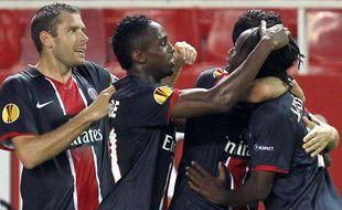 Sylvain Armand, Jean-Eudes Maurice et Peguy Luyindula félicitent Nenê après son but face à Séville, le 16 septembre 2010
