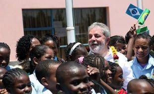 Puissance mondiale émergente, le Brésil, dont une partie de la population est composée de descendants d'esclaves noirs africains, investit beaucoup en Afrique où il bénéficie d'un capital sympathie en raison notamment de son passé de pays pauvre.