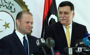 Le Premier ministre maltais, Joseph Muscat (g), et le Premier ministre du gouvernement libyen soutenu par l'ONU, Fayez al-Sarraj, le 4 mai 2016 à Tripoli