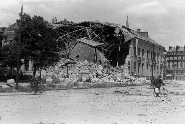 La place de la Bourse juste après les bombardements de septembre 1943.