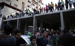 Des centaines de personnes se rassemblent le 22 août 2014 dans le centre-ville de Gaza, après la diffusion sur les réseaux sociaux d'un appel à assister à l'exécution de Palestiniens soupçonnés de collaborer avec Israël