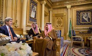 Le secrétaire d'Etat américain,John Kerry (G), encontre le roi d'Arabie Saoudite, Salman bin Abdulaziz, à Riyad, le 23 janvier 2016.